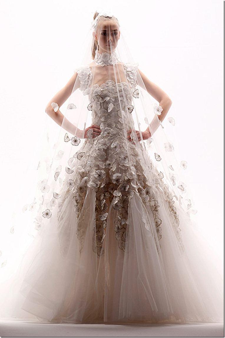 Очень интересное и необычное свадебное платье с широкой юбкой, которое полностью состоит круговорота воланов